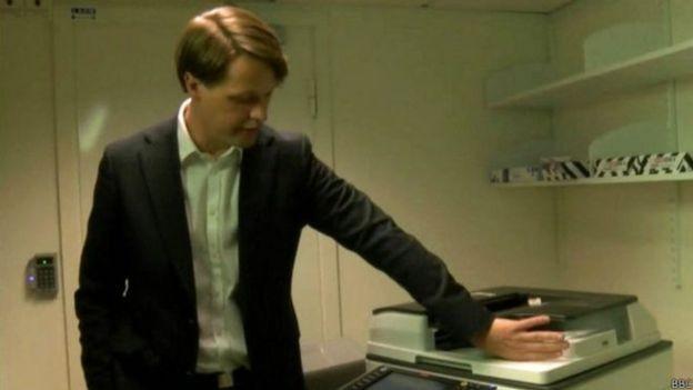 O chip pode ser usado para acionar a copiadora (Foto: BBC)