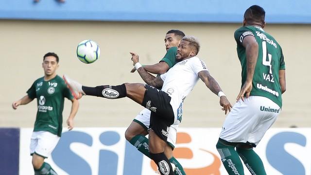 Marinho em lance de Goiás x Santos
