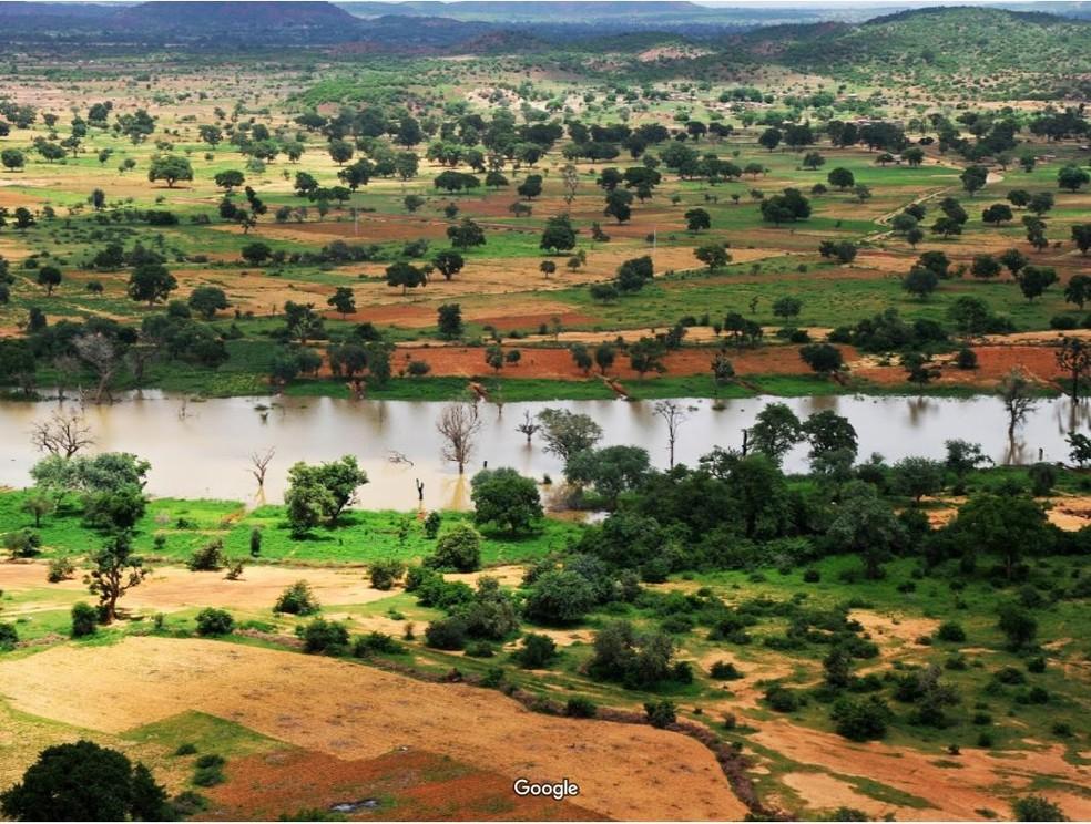 O governo de Burkina Faso incentiva financeiramente a prática tradicional de compostagem, o tampouré — Foto: Google Street View (Hari Das)