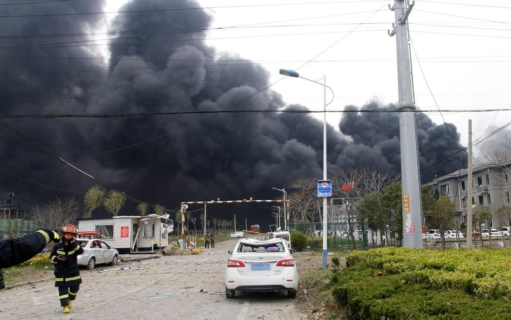 Fumaça é vista em local em que fábrica explodiu na cidade de Yancheng, na China, na quinta-feira (21) — Foto: Chen Feng/Xinhua via AP