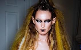 Behati Prinsloo se transforma em sereia para estrelar novo clipe do Maroon 5