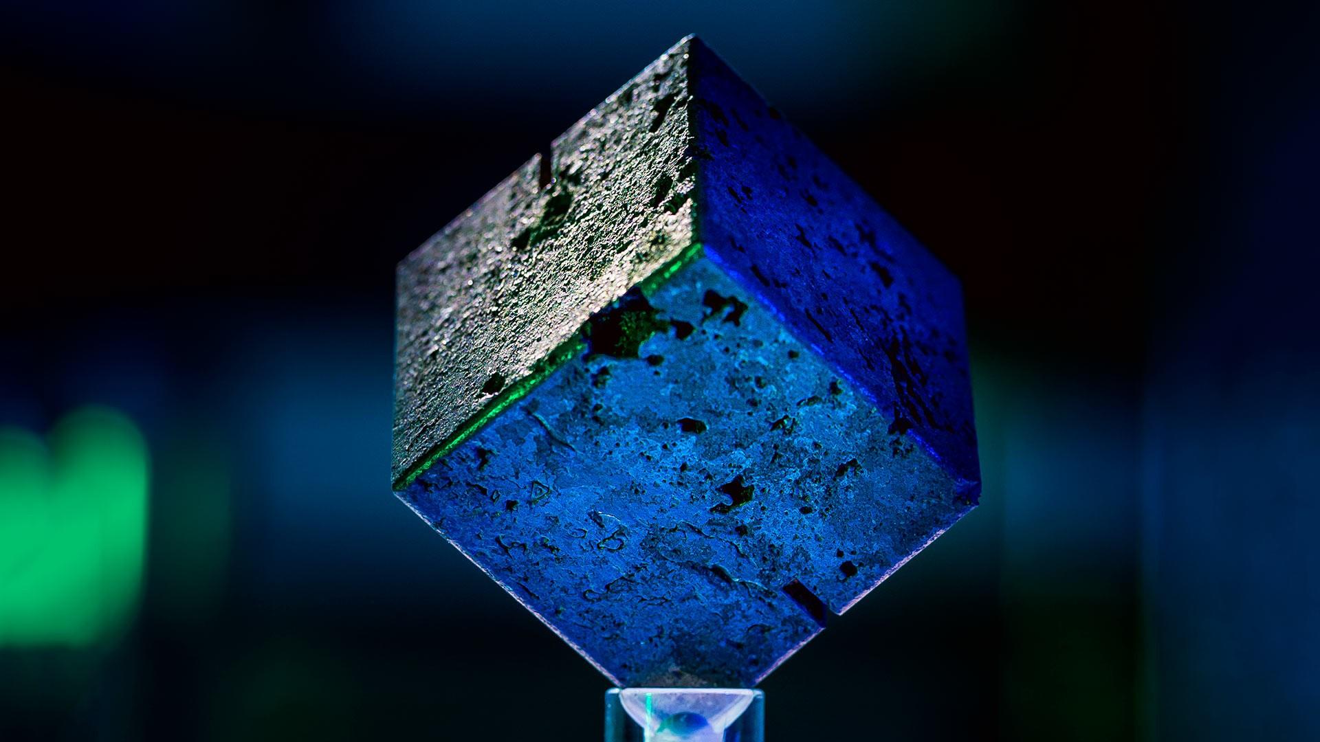 Um dos cubos de urânio que seriam utilizados em reator nuclear alemão (Foto: Divulgação)