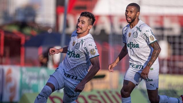 Willian comemora gol do Palmeiras contra o Atlético-GO