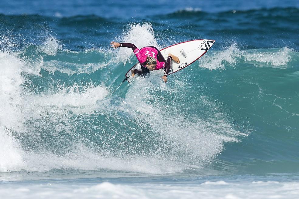 Sage Erickson eliminou uma das principais favoritas em Portugal, a também americana Courtney Conlogue, pela quarta fase   (Foto: WSL)