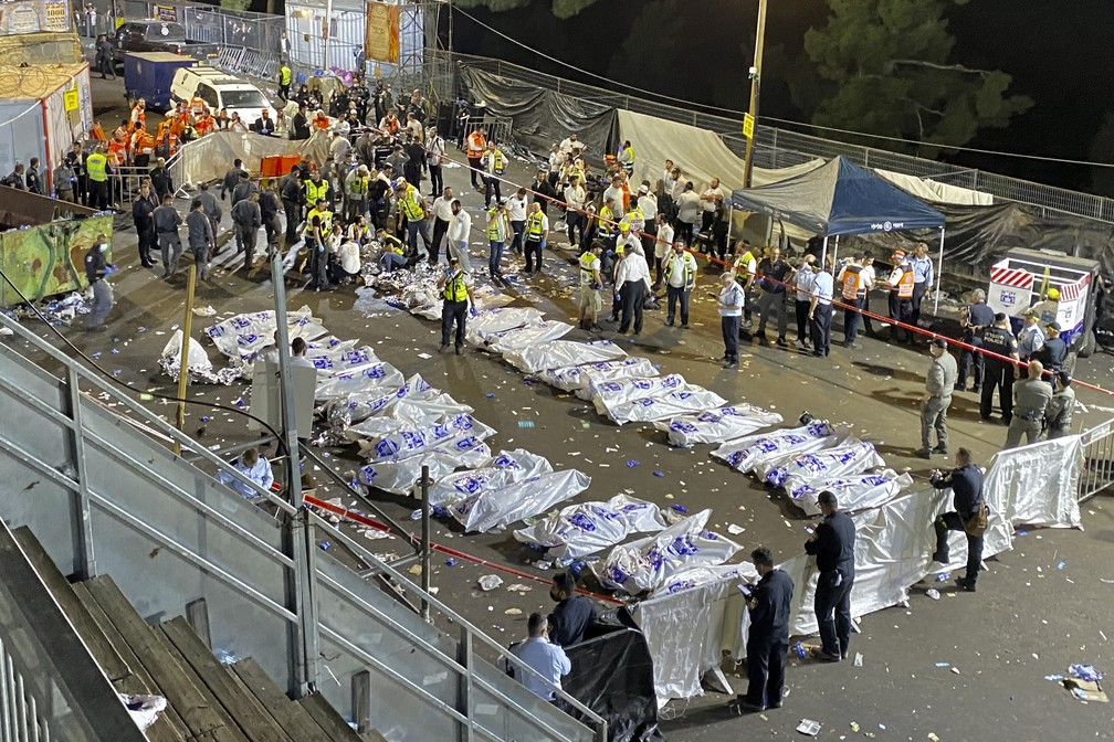 Vítimas que morreram durante as celebrações de Lag BaOmer, no Monte Meron, após tumulto no norte de Israel em 30 de abril de 2021  Foto: Ishay Jerusalemita/Behadrei Haredim via AP