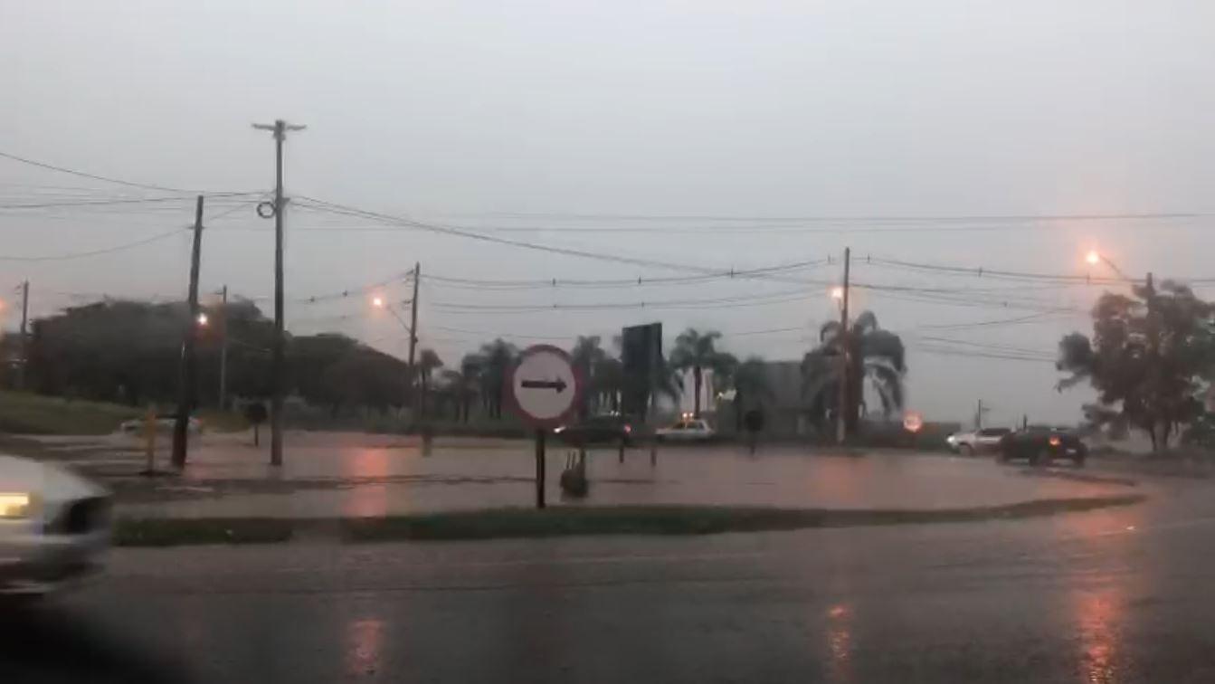 Chuva causa alagamento e complica trânsito em diversos pontos de Ribeirão Preto, SP