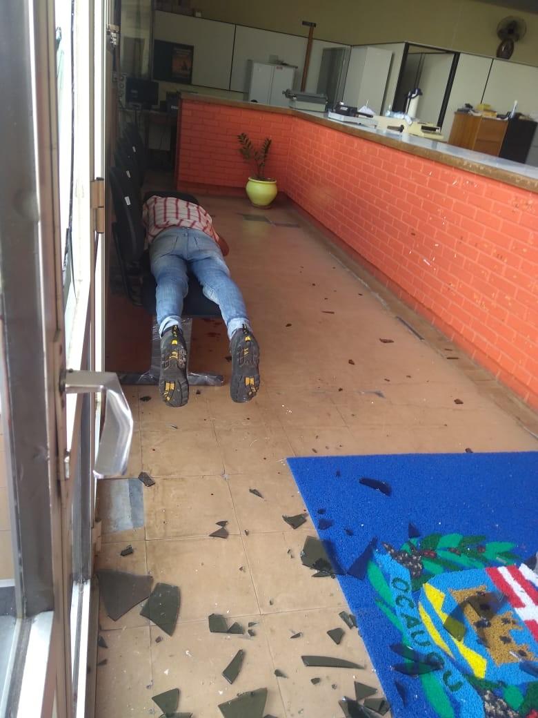 Homem é flagrado dormindo em prefeitura após estourar portas de vidro para invadir o local - Radio Evangelho Gospel