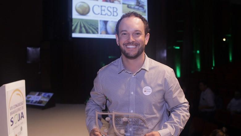 Gabriel Bonato, ex-bancário, foi o campeão nacional de produtividade de soja da safra 2017/2018 com 127,01 sacas por hectare.  (Foto: Divulgação)