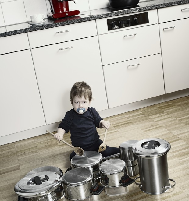 bebê tocando panelas (Foto: Thinkstock)