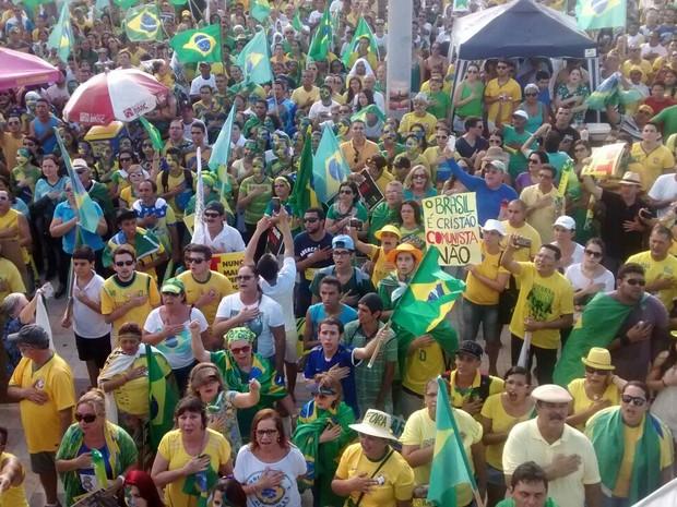 Pessoas presente no ato em Fortaleza iniciaram o evento com o Hino Nacional Brasileiro (Foto: Lena Sena/G1)