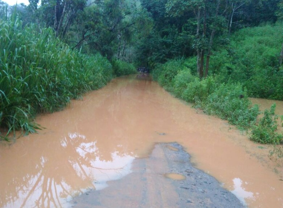 Córrego transbordou e estrada está interditada (Foto: Teresinha Consuelita/ Arquivo pessoal)