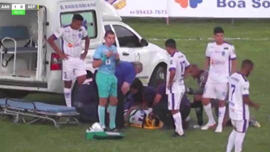 Em disputa de bola, atacante sofre pancada na cabeça e desmaia em campo; jogo para por 10 minutos