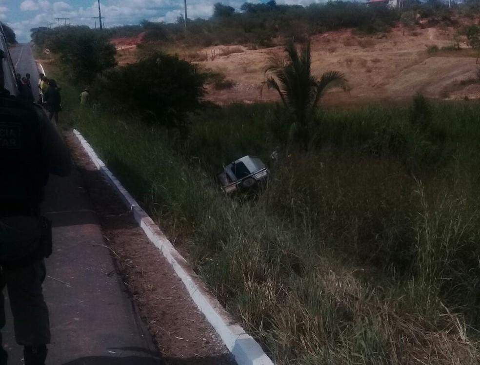 Motorista informou à polícia que o pneu do reboque estourou e fez com que ele perdesse o controle do veículo (Foto: Divulgação / PM)