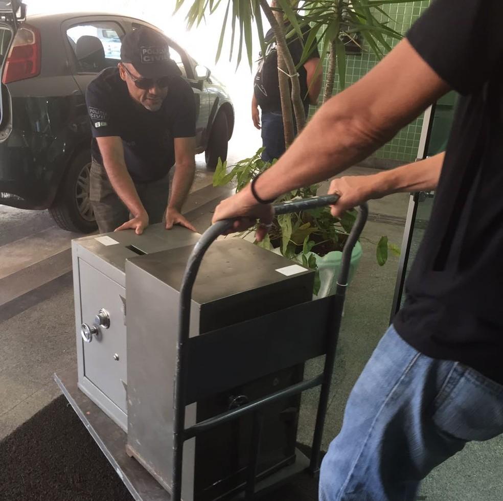 Polícia Civil do DF apreendeu dois cofres na casa de suspeitos de integrar quadrilha que vendia a moeda virtual falsa Kriptacoin (Foto: Mara Puljiz/TV Globo)