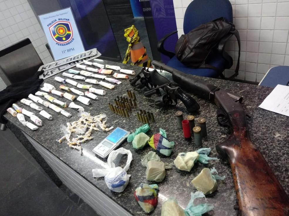 Armas, drogas e munições foram apreendidas em Dois Unidos, na Zona Norte do Recife — Foto: Polícia Militar/Divulgação