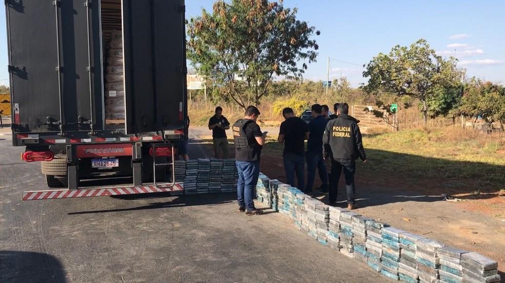 Caminhão saiu de São Paulo com destino à Bahia levando 260 kg de cocaína — Foto: Raíssa Cardoso/Inter TV Grande Minas