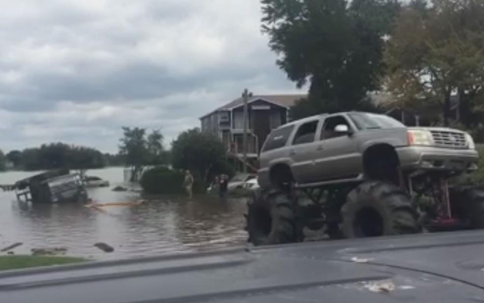 Josh James usou SUV com pneus gigantes para rebocar veículo do exército preso pelas águas em Houston, no Texas, na quarta-feira (30) (Foto: Reprodução/Facebook/Josh James)