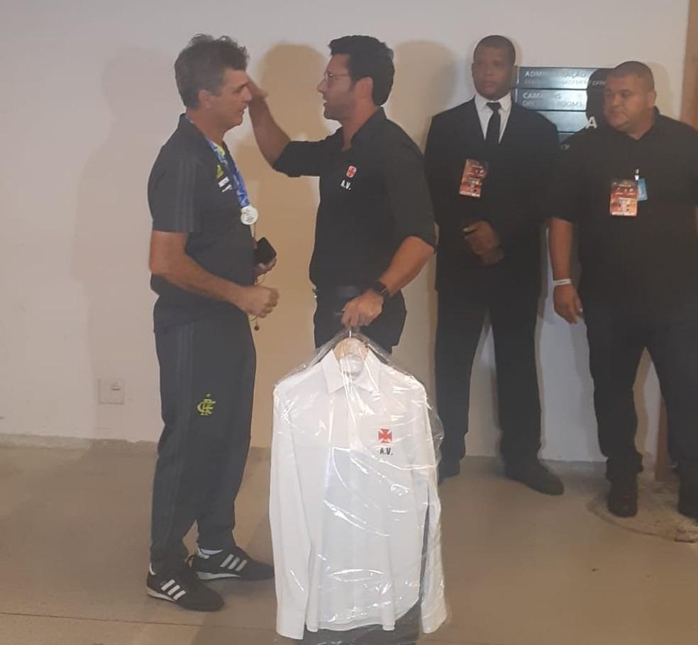 Alberto Valentim deixa vestiário do Maracanã sem dar coletiva — Foto: Davi Barros