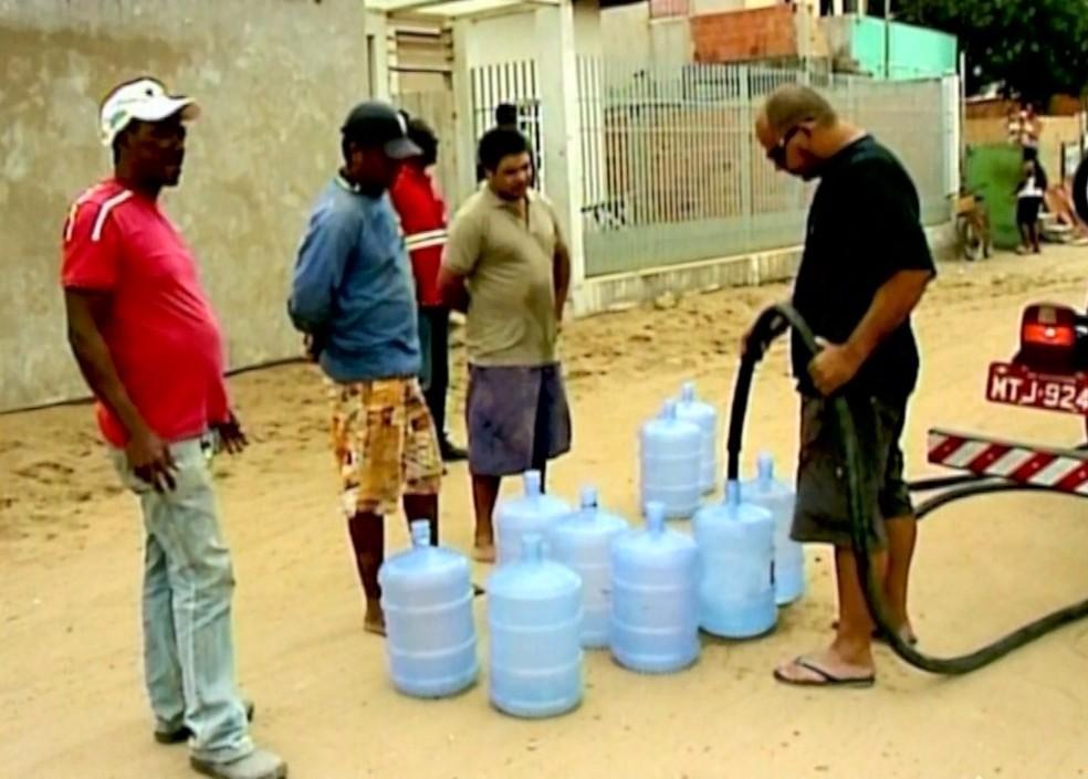 Distribuição de água aconteceu em 2016, em São Mateus — Foto: Arquivo/ TV Gazeta