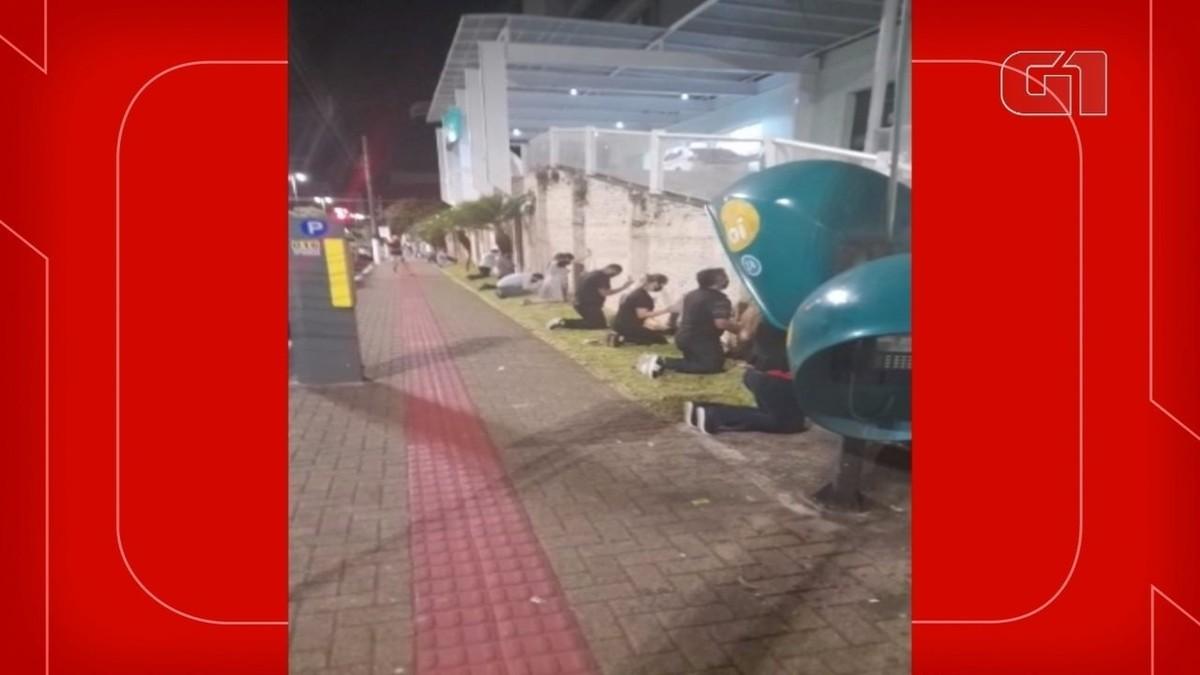 Covid-19: Familiares fazem corrente de oração de joelhos em volta de hospitais no Oeste de SC