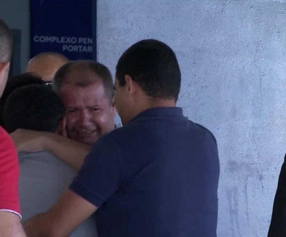 Após saída da prisão, Júnior do Nenzin foi recepcionado por familiares e advogados.  — Foto: Reprodução/TV Mirante