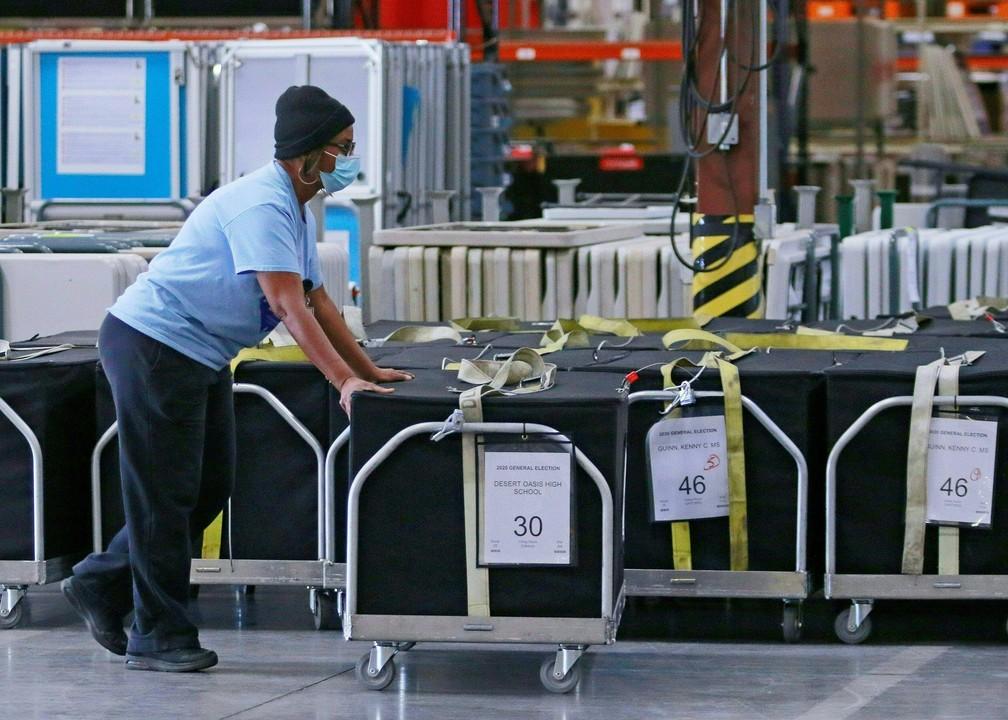 Eleição nos EUA - Apuração dos votos no norte de Las Vegas, em Nevada, no dia 4 de novembro — Foto: Ronda Churchill / AFP