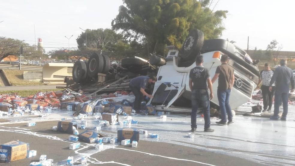 Leite ficou espalhado na pista após acidente em Tatuí — Foto: Fernando Andrade/Arquivo pessoal
