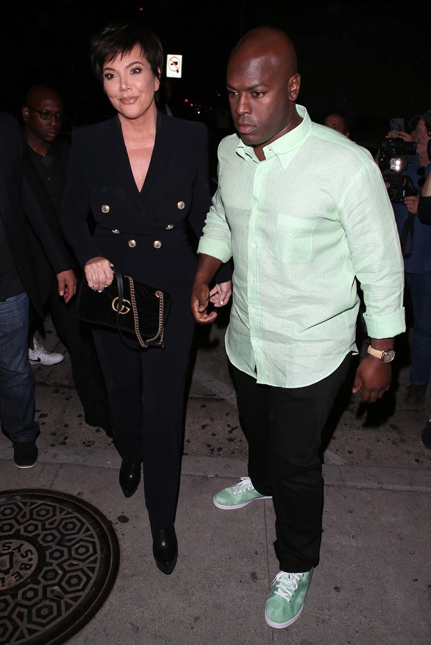 Kris Jenner e o namorado, Corey Gamble (Foto: BackGrid)