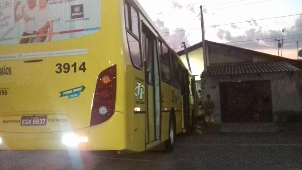 Ônibus sem freio invade muro de casa em Jundiaí — Foto: Adiene Santos da Silva/Arquivo Pessoal