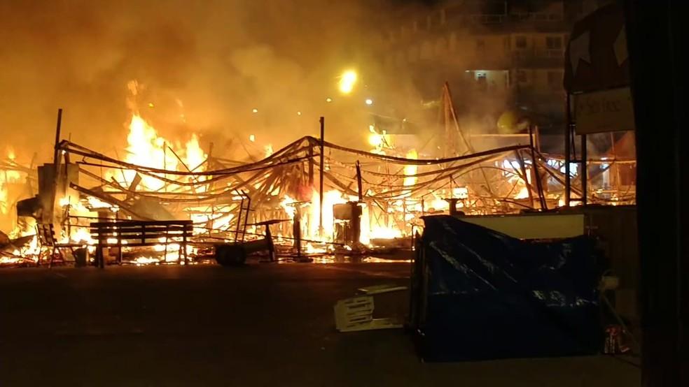 Incêndio em barracas no Parque do Povo aconteceu no dia 30 de junho (Foto: Luciano Diniz/G1/Arquivo)