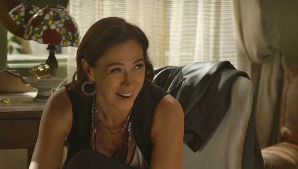 Valentina (Lilia Cabral) joga o cunhado na cama e eles têm primeira vez juntos — Foto: TV Globo