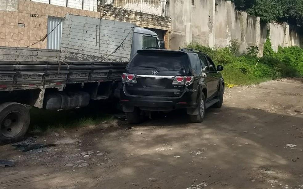 Caminhonete de homem baleado bateu em caminhão que estava estacionado na rua onde aconteceu o crime, em Candeias (Foto: Bruno Grubertt/TV Globo)
