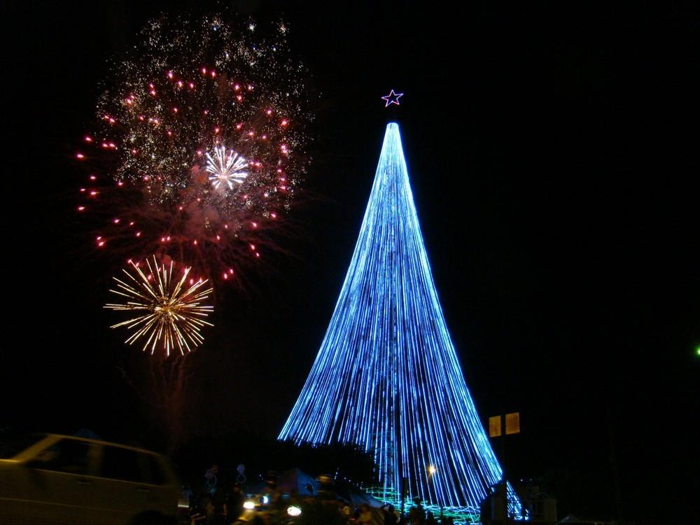 Chuva em Ariquemes adia ligamento das luzes da maior árvore de Natal de Rondônia  - Radio Evangelho Gospel