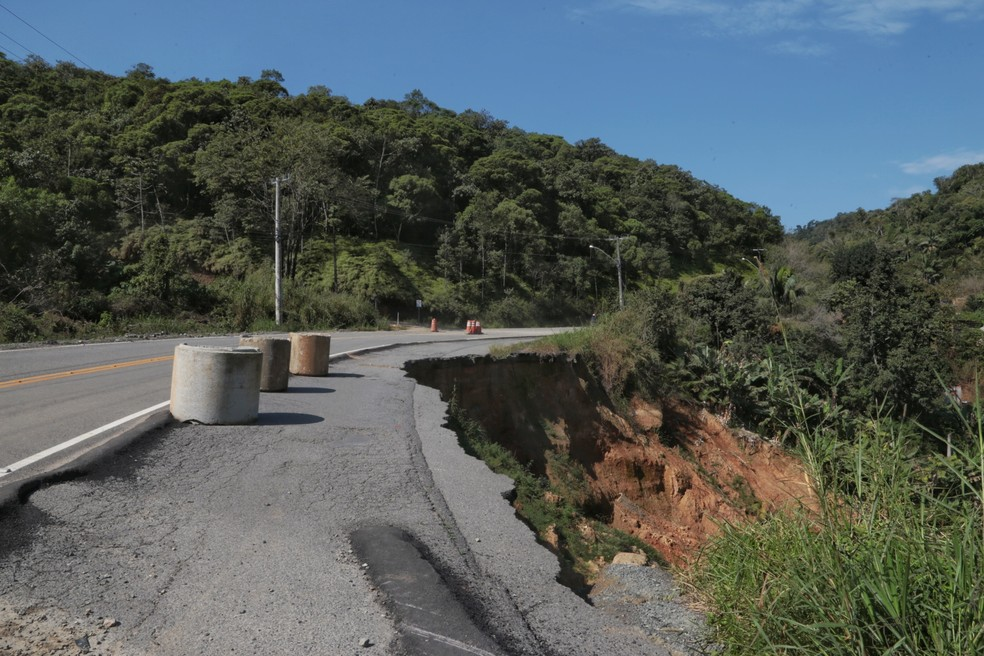 Cratera no km 35 da SC-108, em Guaramirim — Foto: Mauricio Vieira/Secom/Divulgação