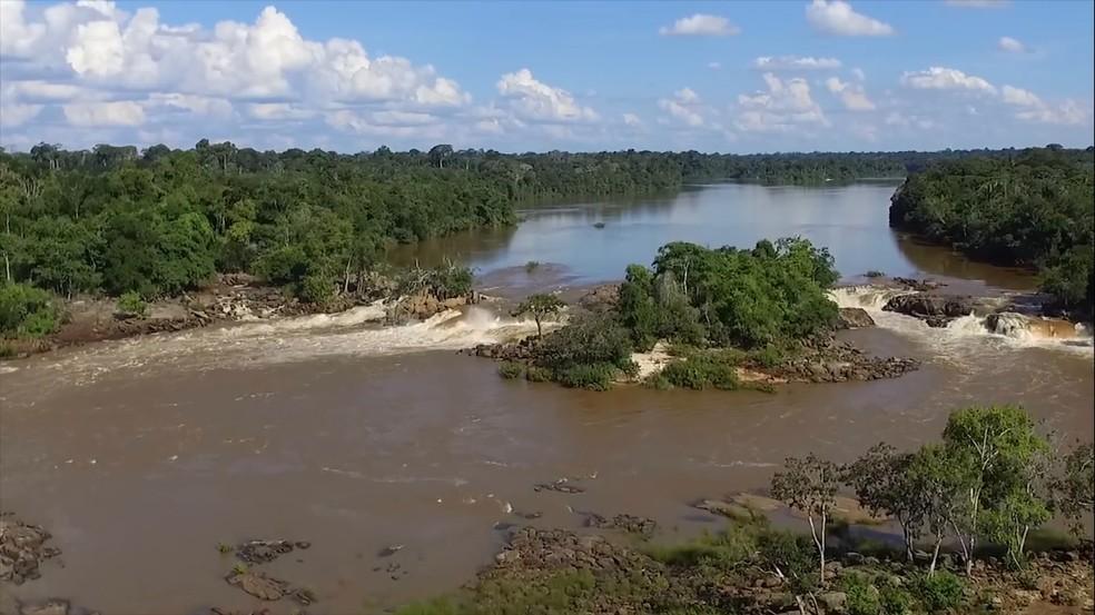 Jovens desapareceram após cair de pedra na Cachoeira 2 de Novembro, no Rio Machado — Foto: Youtube/Reprodução