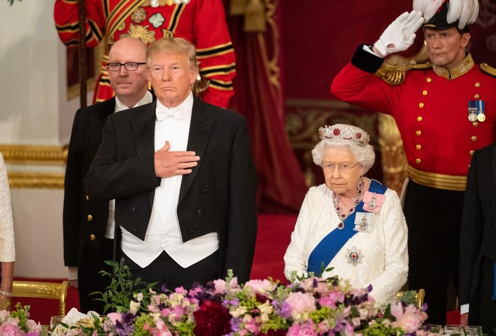 O presidente americano, Donald Trump, e a rainha Elizabeth em banquete de Estado nesta segunda-feira (3) no Palácio de Buckingham, em Londres. — Foto: Dominic Lipinski / POOL / AFP