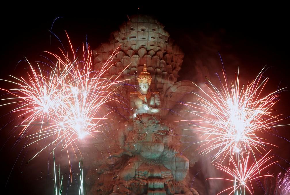 Fogos explodem sobre a estátua de Garuda Wisnu Kencana durante as comemorações do ano novo em Bali, na Indonésia — Foto: Antara Foto/Fikri Yusuf/REUTERS