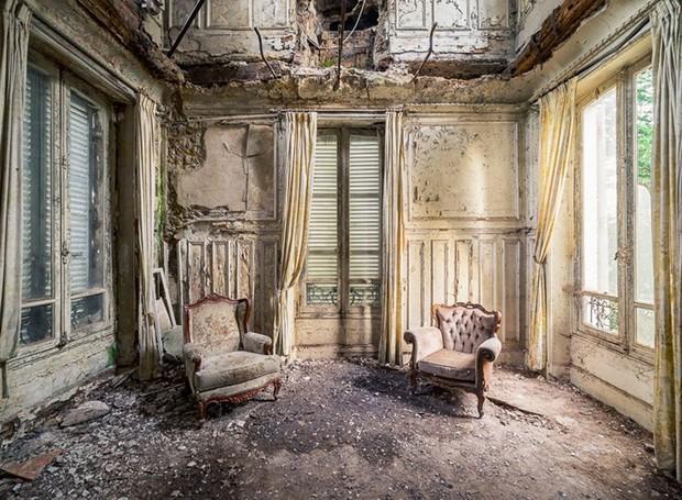 Salão de leitura com poltronas barrocas em uma mansão abandonada na França (Foto: Michael Schaw/ Reprodução)