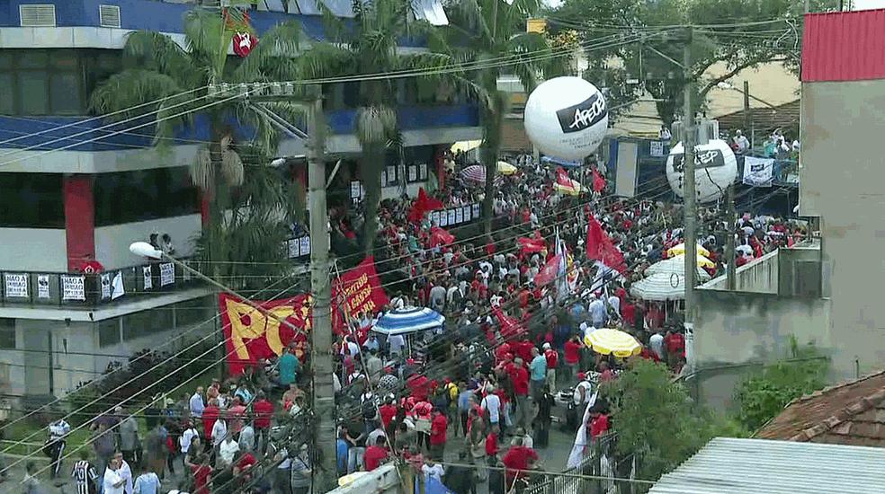 Concentração em frente à porta do Sindicato dos Metalúrgicos, onde Lula está (Foto: Reprodução/Globonews)