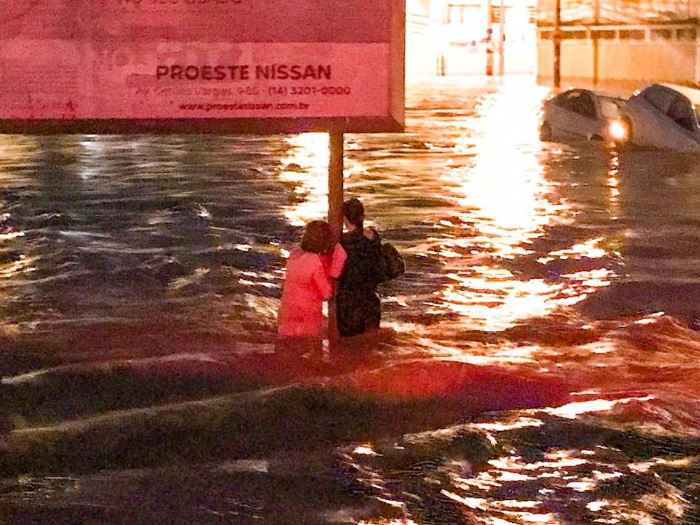 Muitas pessoas ficaram ilhadas durante a chuva em Bauru — Foto: Portal Ternura FM/Divulgação