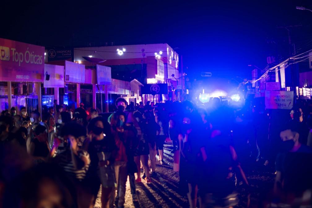 Moradores de Macapá, capital do Amapá, fazem protestos na noite desta quarta-feira, 18, durante apagão que afetou o estado — Foto: Maksuel Martins/Fotoarena/Estadão Conteúdo