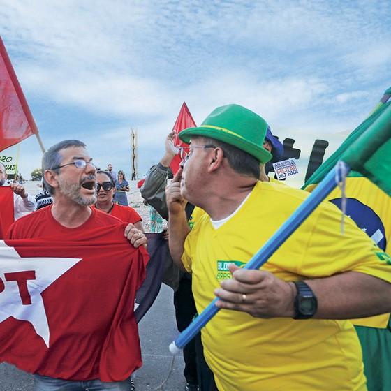 Petistas e antipetistas durante manifestação (Foto: Aílton De Freitas/Agência O Globo)