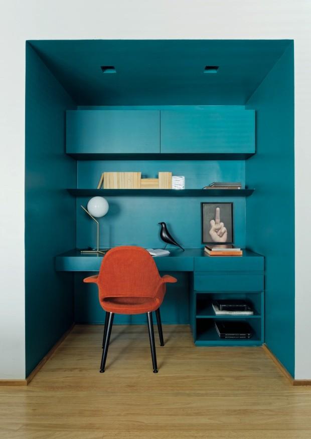 Áárea de trabalho se destaca por parecer um caixote colorido em meio à sala de estar com paleta neutra (Foto: Mariana Orsi / Divulgação)