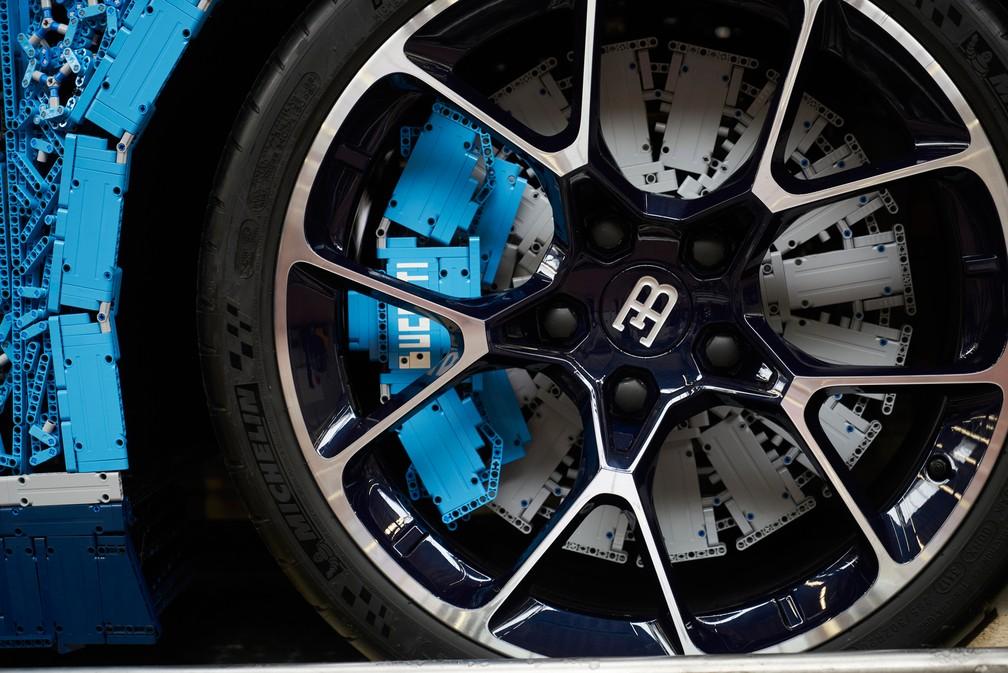 Só as rodas do Bugatti não são de pecinhas do brinquedo — Foto: Lego/Divulgação