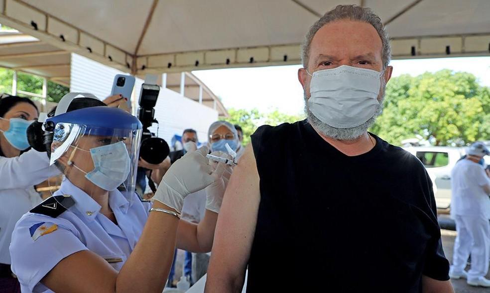 Governador do Tocantins tomou a 1ª dose da vacina AstraZeneca, em Palmas — Foto: Divulgação/Governo do Tocantins