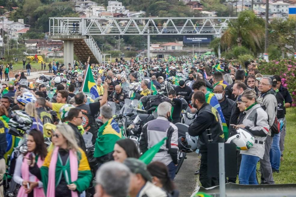 Passeio de moto em Florianópolis reúne centenas de pessoas neste sábado (7), por volta das 10h. Eles aguardavam chegada de Bolsonaro — Foto: Tiago Ghizoni/NSC