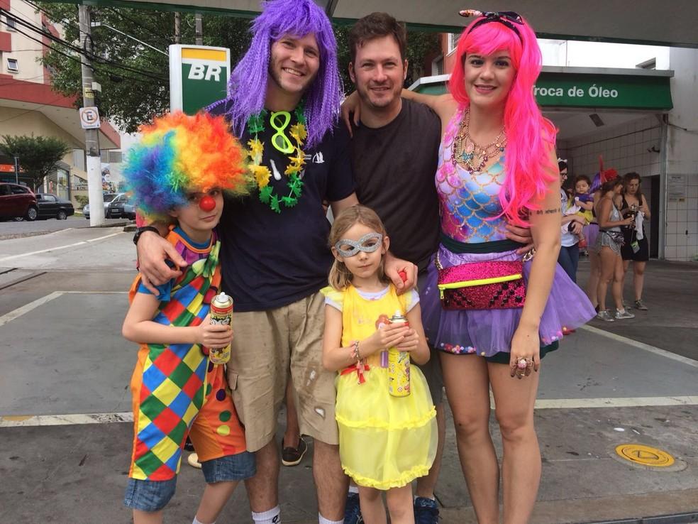 Família de franceses no carnaval: o pai Gustavo Zamboni (de peruca roxa) com os filhos Arthur e Marie, junto com o tio e a namorada (Foto: Ana Carolina Moreno/G1)
