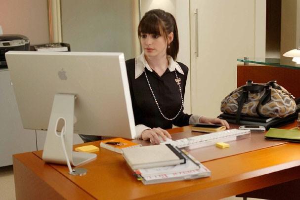 """Anna Hathaway em """"O Diabo Veste Prada"""" (Foto: Divulgação)"""