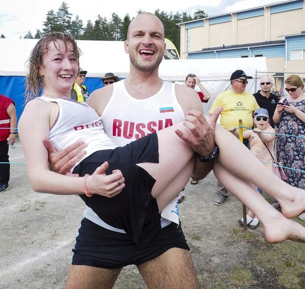 Anastasia Loginova e Dimitriy Sagal celebram a vitória (Foto: Lehtikuva/Timo Hartikainen/Reuters)