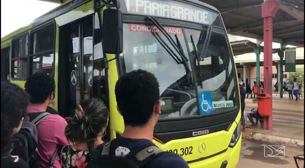 Alunos denunciam que assaltos ocorrem dentro do ônibus que faz a linha para o campus do Bacanga (Foto: Reprodução/TV Mirante)